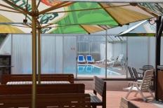 Zázemí areálu - posezení před bazénem